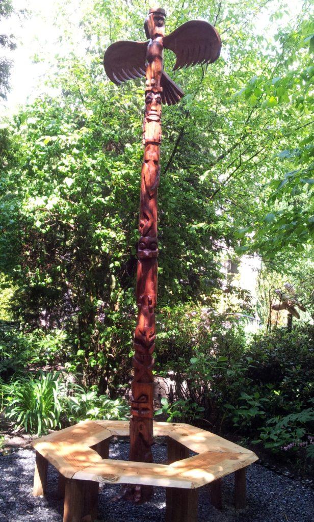De Totem Six Stories is gemaakt van een conifeer waarvan de wortels nog in de grond zitten Prijs n.o.t.k.